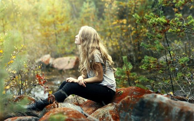 фото девушки в лесу